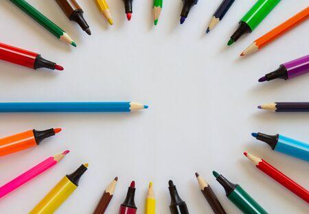 Marqueurs et crayons multicolores sur fond blanc. Fournitures scolaires .copyspace pour le texte. Banque d'images