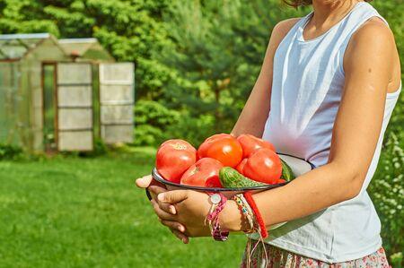 Schulmadchen Mit Einer Schussel Voller Tomaten Und Gurken Vor Land