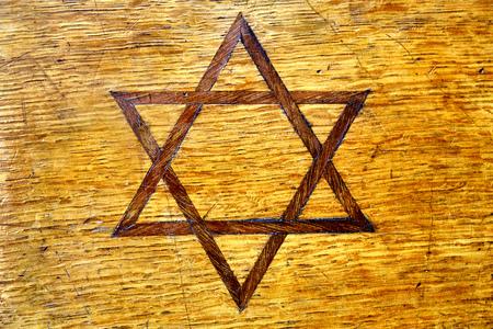 Jewish symbol star of David inlayed on vintage wooden casket side Banque d'images - 105477283