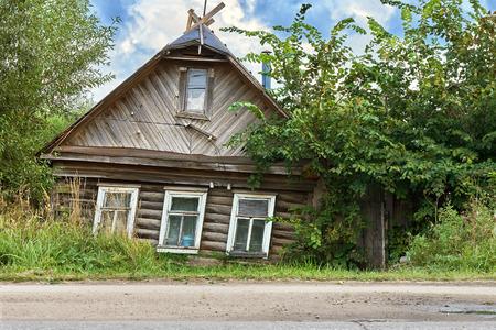 Maison branlante en ruine dans une petite ville russe