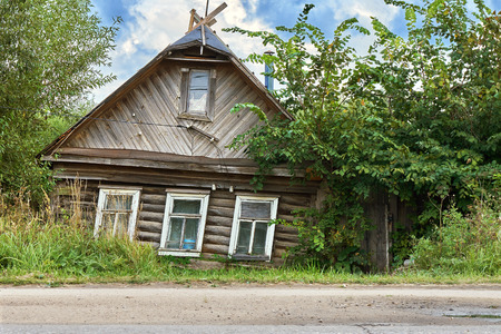 Rickety crumbling house in a small russian town 写真素材 - 114397948