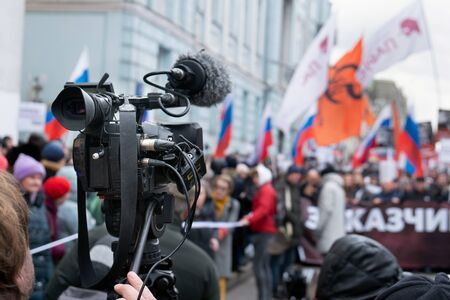 Videographer is reporting from a city street during a mass political action in Moscow, Russia. Camera is up of the crowd Banque d'images