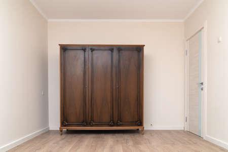 Old wooden wardrobe in a renovated living room Zdjęcie Seryjne