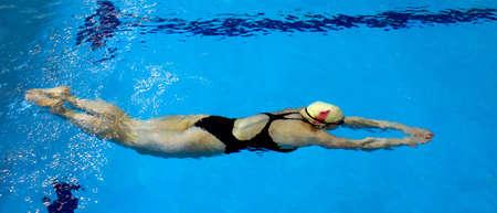 Junge Schwimmerin unter Wasser Standard-Bild