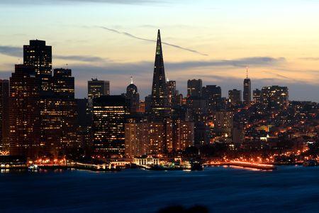 schateiland: Nacht San Francisco skyline van Treasure Island.
