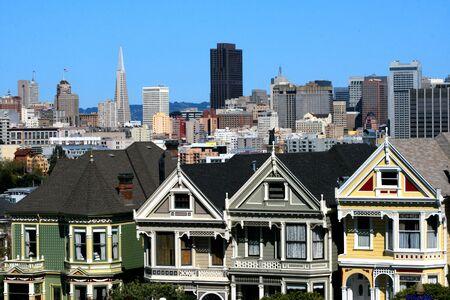 Casas victorianas en Alamo Square en el centro de San Francisco, California.  Foto de archivo - 2713850