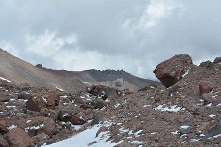 Uitzicht op de rand van de aarde hoog in de bergen. Waar de aarde eindigt. Stockfoto