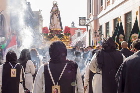 LIMA, PERU - AUG 29TH 2015: Procession of faith, of Santa Rosa de Lima, patroness of Peru. Imagens - 104057281