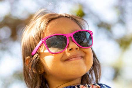 Cute little girl with pink sunglasses Foto de archivo - 138299639
