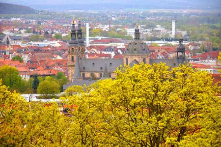 Der Blick auf den Dom (Kathedrale) aus dem Garten in der Nähe von Men-Kloster auf einem Frauenberg in Fulda, Hessen, Deutschland