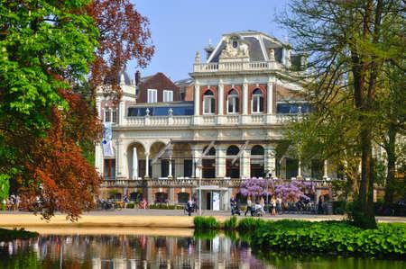 Filmmuseum mit einem schönen See in Amsterdam, Holland (Niederlande) Editorial