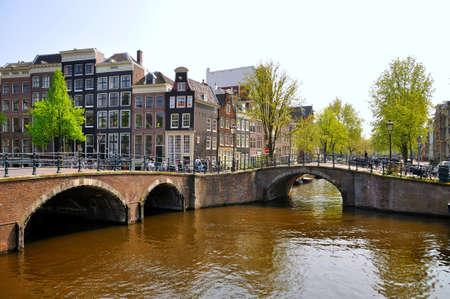 Schönen Fluss mit 2 Brücken in Amsterdam, Holland (Niederlande) Editorial
