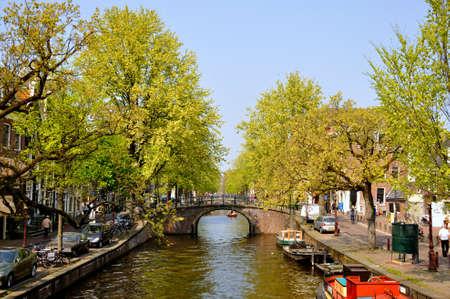 Schönen Fluss mit Booten und Brücke in Amsterdam, Holland (Niederlande)