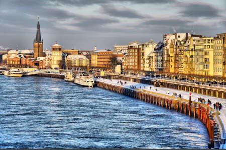 Schöne Ufer des Rheins während des Tages in Düsseldorf im Winter, Nordrhein-Westfalen, Deutschland Lizenzfreie Bilder