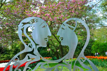 Metalen standbeeld van 2 geliefden in Keukenhof park in Nederland