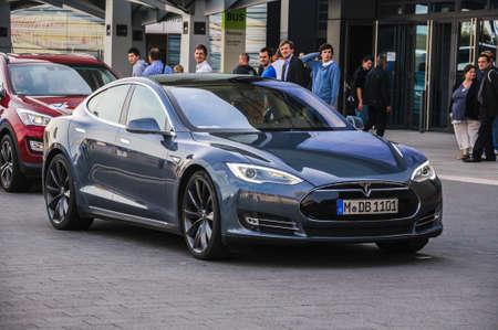 FRANKFURT - 21. September: neue 2014 Tesla Model S eletric Auto als Weltpremiere auf der 65. IAA (Internationale Automobil Ausstellung) am 21. September 2013 in Frankfurt, Deutschland präsentiert Editorial