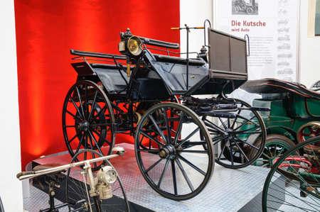 motor de carro: DRESDEN, ALEMANIA - AMI 2015: Daimler Motor del carro 1886 en el Museo del Transporte de Dresde en Mai 25, 2015 en Dresde, Alemania