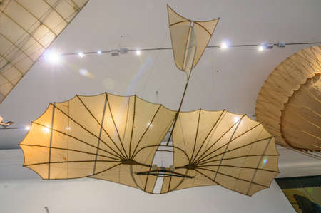 DRESDEN, GERMANY - MAY 2015: ancient flying machine Based On The Leonardo da Vinci Antique Light Hang Glider Vector in Dresden Transport Museum on May 25, 2015 in Dresden, Germany Stok Fotoğraf - 46385074