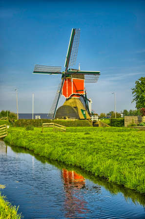 nederland: Windmills and water canal in Kinderdijk, Holland or Netherlands. Unesco world heritage site. Europe. HDR