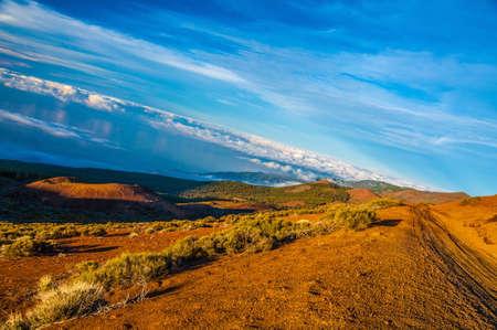 Straße auf dem Berg über den Wolken auf Teneriffa, Kanarische Inseln.