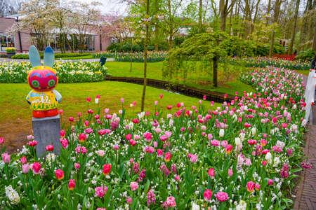 Ostern bunte Kaninchen Skulptur im Keukenhof Park, Lisse, Holland, Niederlande Lizenzfreie Bilder