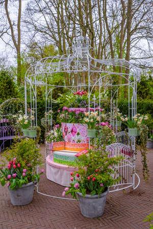Käfig mit Blumen im Keukenhof Park, Lisse, Holland, Niederlande Lizenzfreie Bilder