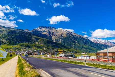 Road with Alps mountains, Samedan, Maloja Graubuenden Switzerland Standard-Bild - 133545133