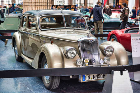 FRIEDRICHSHAFEN - MAY 2019: beige RILEY RMA 1950 coupe at Motorworld Classics Bodensee on May 11, 2019 in Friedrichshafen, Germany. Stok Fotoğraf - 128620804