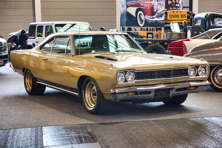 FRIEDRICHSHAFEN - MAY 2019: golden sand PLYMOUTH ROAD RUNNER 1968 at Motorworld Classics Bodensee on May 11, 2019 in Friedrichshafen, Germany. Stockfoto - 128621268