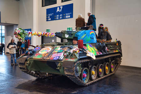 FRIEDRICHSHAFEN - MAY 2019: hippies on the tank painted with colors at Motorworld Classics Bodensee on May 11, 2019 in Friedrichshafen, Germany. Stok Fotoğraf - 128621287