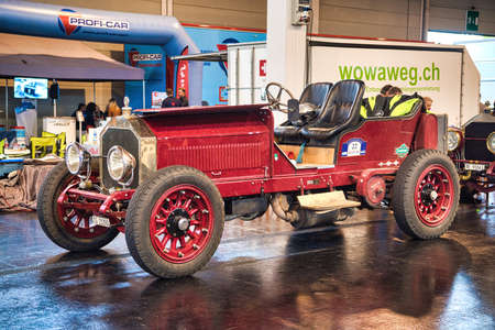 FRIEDRICHSHAFEN - MAY 2019: red LANCIA GAMMA 20 HP TIPO 55 1910 cabrio at Motorworld Classics Bodensee on May 11, 2019 in Friedrichshafen, Germany. Stok Fotoğraf - 128621313