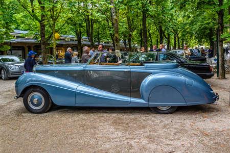 BADEN BADEN, GERMANY - JULY 2019: blue Crewe Rolls-Royce BENTLEY R TYPE cabrio 1953, oldtimer meeting in Kurpark. 報道画像
