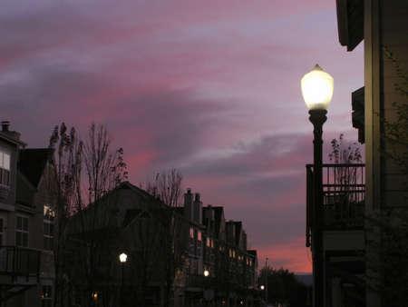 Brilliant mauve und violett Himmel Rücken silhouetted rowhouses mit Straßenlaterne in den Vordergrund.  Standard-Bild - 270627