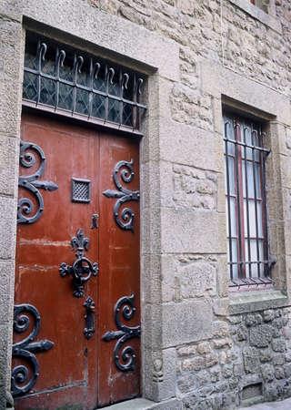 Solide middeleeuwse deur met grote ijzeren scharnieren op Frans kasteel.