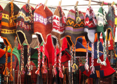 Unique Tibetan Woven Hats Hang in Open Market Standard-Bild