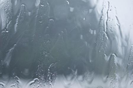 vapore acqueo: Finestra di vetro con vapore acqueo e goccia di pioggia durante pesante tempesta di pioggia.