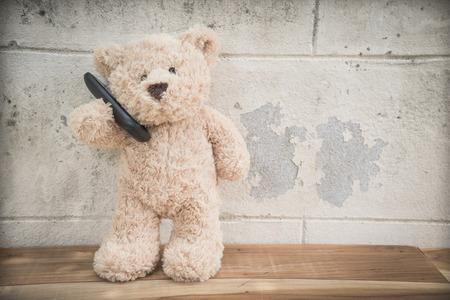 oso de peluche: teddybear hablando por teléfono móvil