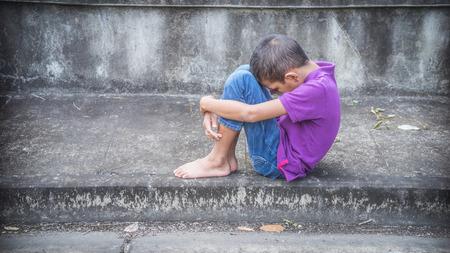 Young Asian obdachlose Kind suchen Angst, allein und auf Hilfe angewiesen Standard-Bild - 45792669