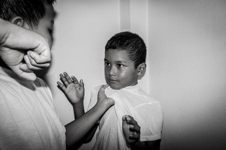 Chłopiec azjatyckie fizycznie nadużywane przez kogoś starszego od niego Zdjęcie Seryjne