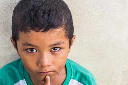 ojos tristes: Niño sin hogar asiática joven que parece asustado, solo y en necesidad de ayuda Foto de archivo