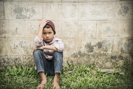 Młoda Azji bezdomne dziecko patrząc przestraszony, samotny i potrzebuje pomocy Zdjęcie Seryjne