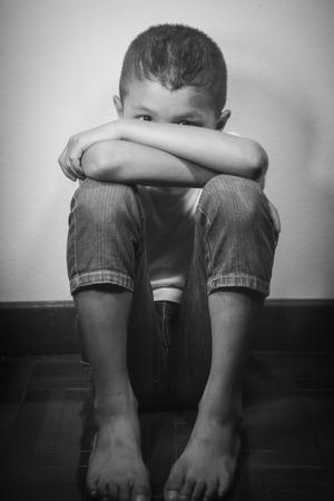 maltrato infantil: Niño sin hogar asiática joven que parece asustado, solo y en necesidad de ayuda Foto de archivo