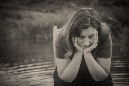 mujer que sufre de miedo, la soledad, la depresión, el abuso, la adicción