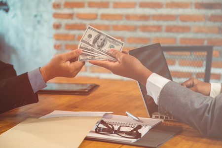remuneraciÓn: Bribes being offered in a business situation