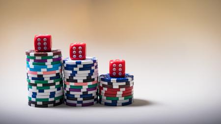 Gokspelen en kaarten op een groene doek Casino tafel Stockfoto