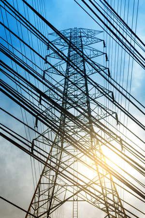 torres de alta tension: Poste de alta tensión, torres de alta tensión y líneas Foto de archivo