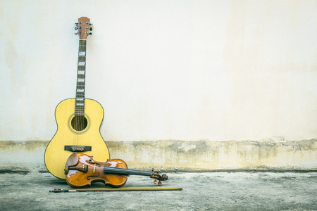gutar: Acoustic guitar with violin vintage style old wall background