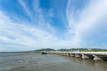 Chonlacharawithee Bridge sea at low tide in Chonburi, Thailand Standard-Bild - 134096064