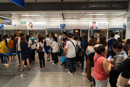 Bangkok, Tajlandia - 25 lipca 2019: Zatłoczeni pasażerowie w barierkach pociągu metra MRT w Bangkoku w Tajlandii