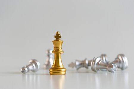 chess game gold king standing and silver background, business strategy concept. Standard-Bild - 138145932